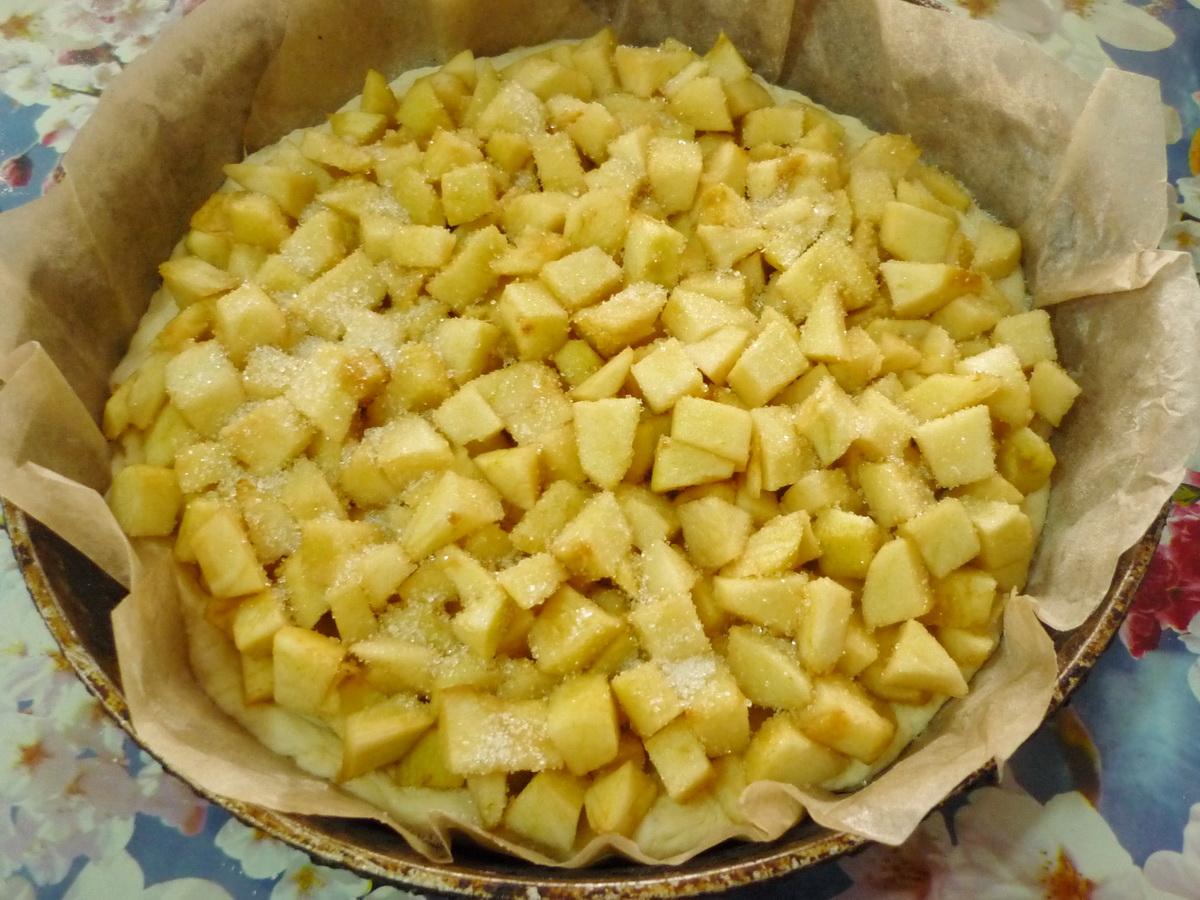 Выкладываем кусочки яблок
