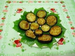 Выкладываем жареные баклажаны на тарелку