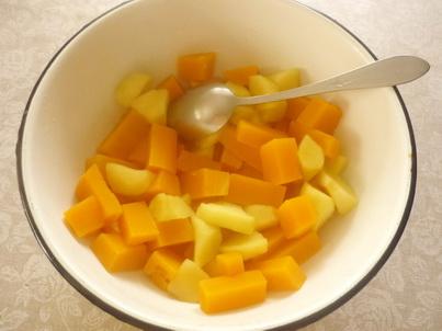 Вылавливаем сваренные кусочки яблок и тыквы