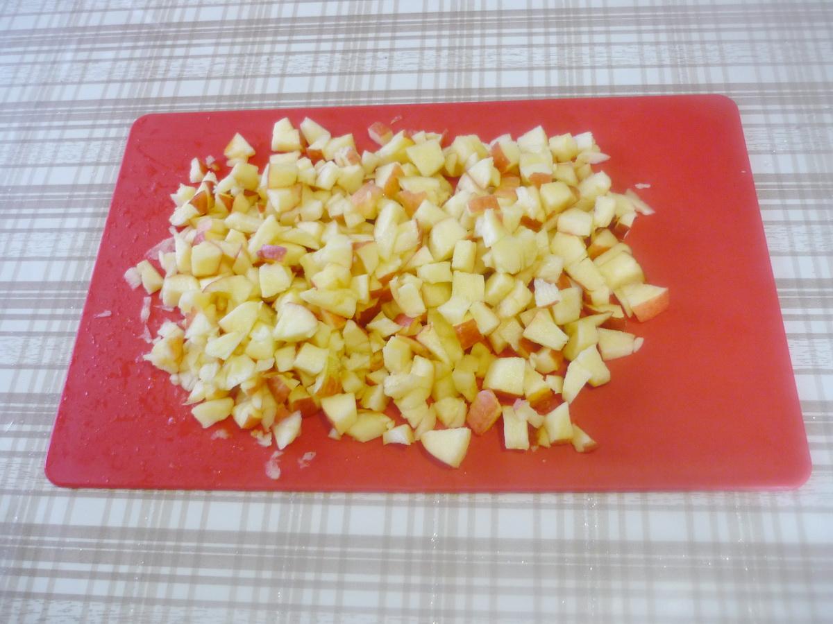 Нарезали яблоки кубиками
