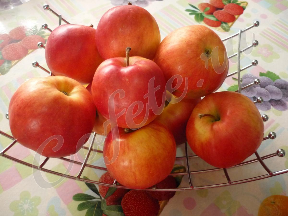 Яблоки в вазе