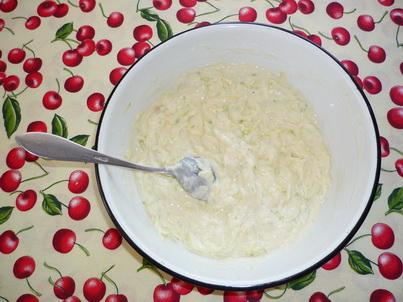 Замешиваем тесто для кабачковых оладьев