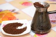 Засыпаем молотый кофе в турку