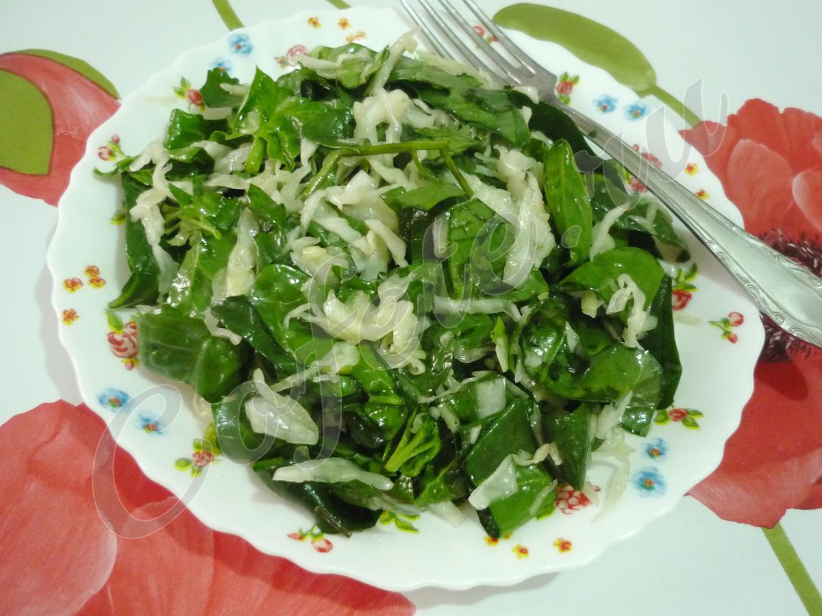 Зелёный осенний салат на тарелке